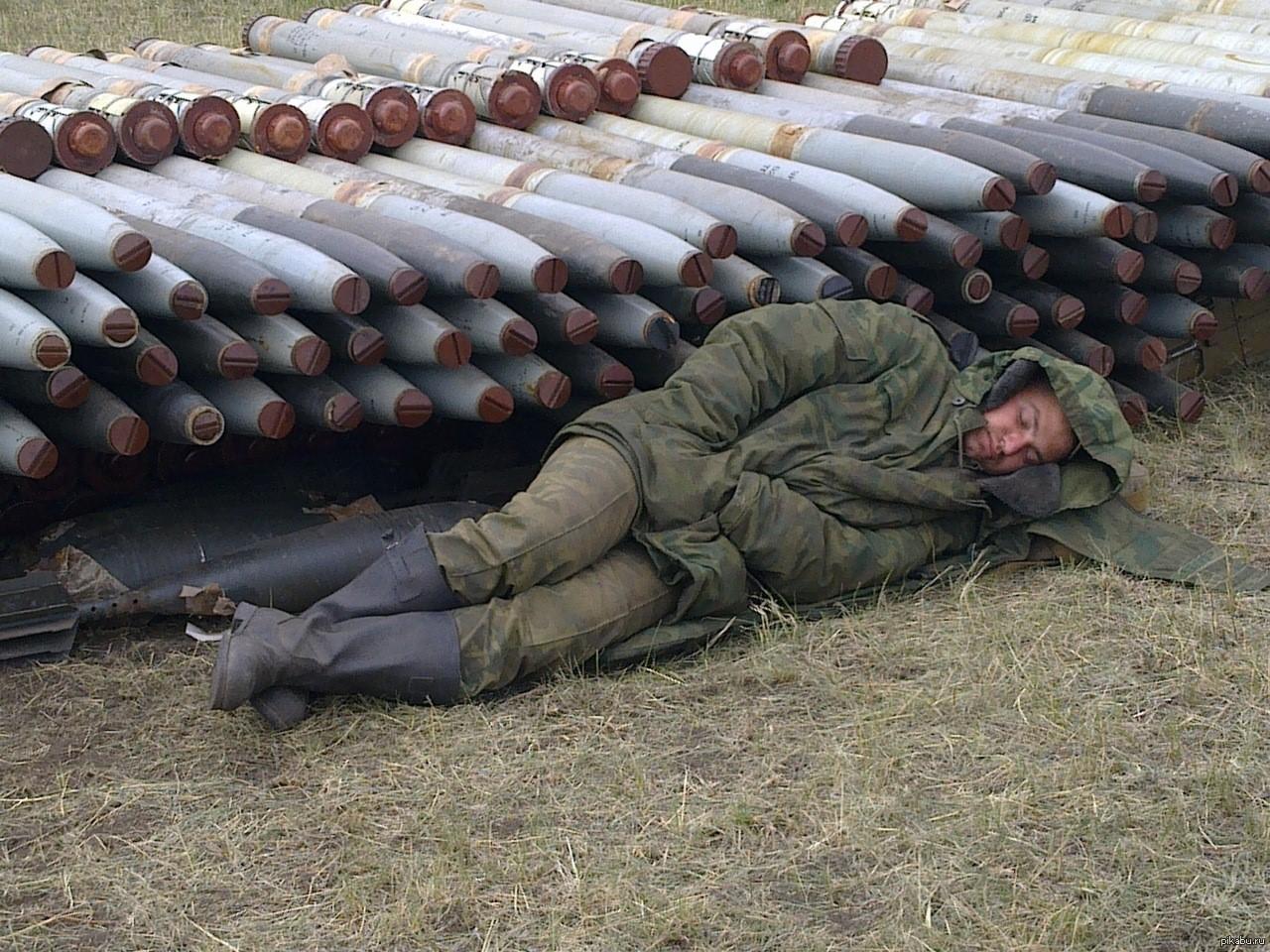 солдат спит прикол мем