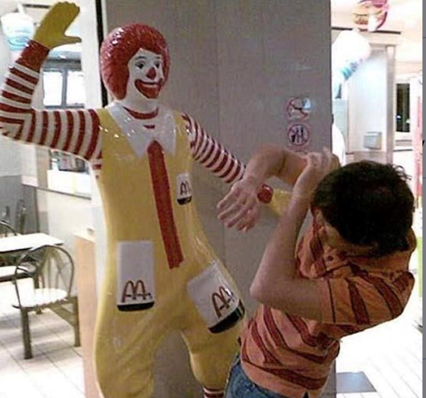 Рональд Макдональд бьёт человека прикол мем макдоналдс