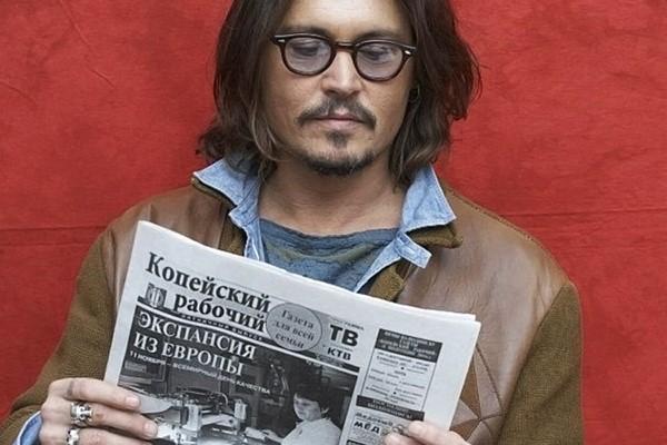 Джонни Депп читает газету Копейский Рабочий